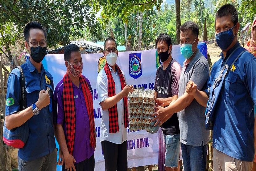 Sekretaris Ditjen PKH Kementan RI, drh. Makmun, M. Sc., saat menyerahkan bantuan sembako untuk korban banjir di Kecamatan Monta Kabupaten Bima.