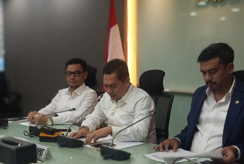 Sekretaris Fraksi Golkar di DPR RI Adies Kadir (tengah)