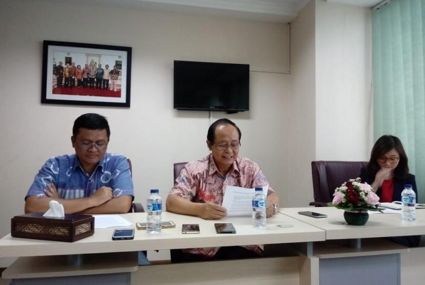 Sekretaris Jenderal Asosiasi Industri Olefin, Plastik dan Aromatik Indonesia (Inaplas) Fajar Budiyono (kiri) dan Wakil Ketua Umum Inaplas Suhat Miyarso (tengah) dalam konferensi pers di Jakarta, Selasa (11/12).