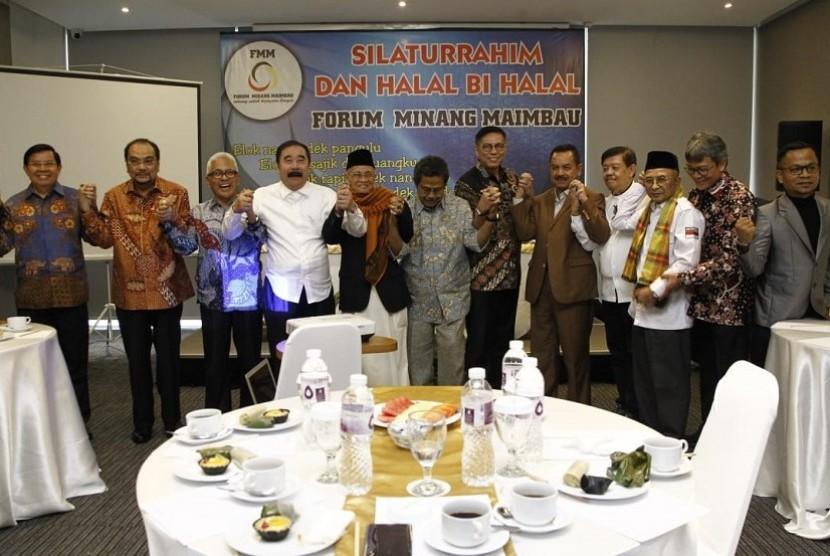 Sekretaris Jenderal Dewan Perwakilan Daerah (DPD) Republik Indonesia, Reydonnyzar Moenek (keempat dari kiri) mengajak masyarakat mempromisikan Geopark Silokek.
