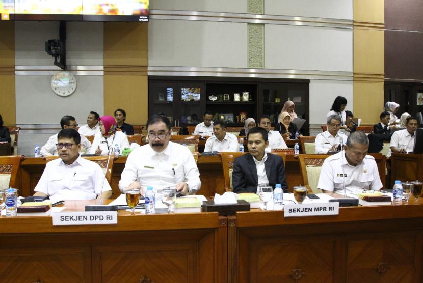 Sekretaris Jenderal DPD RI Reydonnyzar Moenek didampingi Deputi Administrasi Adam Bachtiar dan Deputi Persidangan Sefti Ramsiaty menghadiri Rapat Dengar Pendapat (RDP) pembahasan Rencana Kerja dan Anggaran (RKA) K/L dan Rencana Kerja Pemerintah (RKP) K/L tahun 2020 dengan Komisi III DPR RI di Ruang Rapat Komisi III DPR RI, Rabu (12/6).