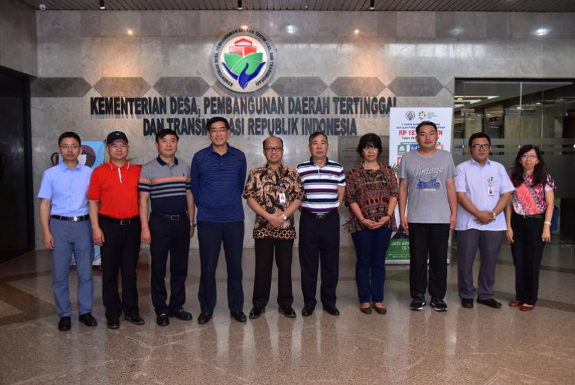 Sekretaris Jenderal Kemendes PDTT Anwar Sanusi menerima kunjungan delegasi dari Kunming Agricultural di kantor Kemendes PDTT Jakarta, Kamis (11/10).