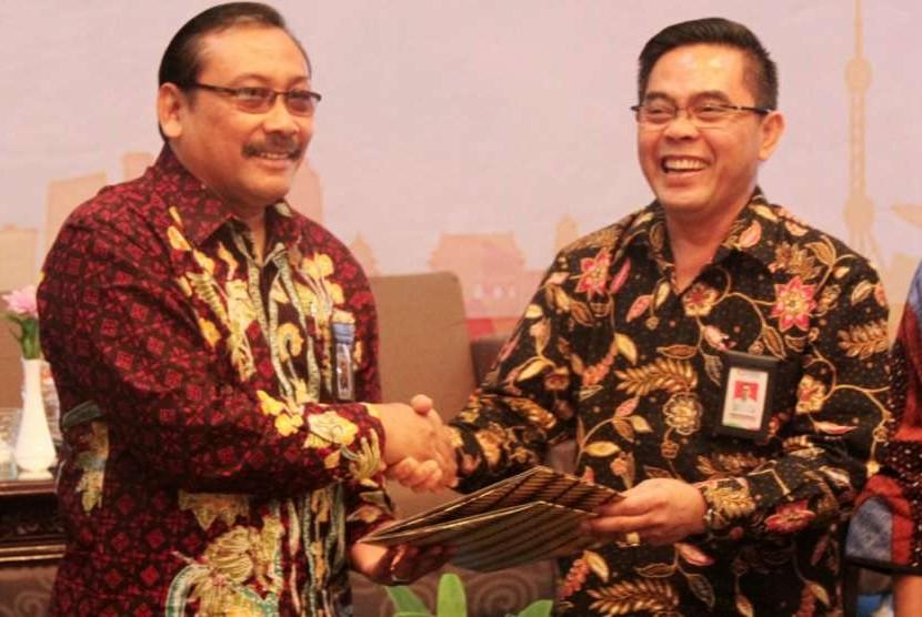 Sekretaris Jenderal Kementerian Perindustrian Haris Munandar (kanan) dan Kepala Badan Standardisasi Nasional Bambang Prasetya menandatangani MoU tentang Pengembangan Sumber Daya Manusia (SDM) Industri melalui Pendidikan dan Pelatihan di Bidang Standardisasi dan Penilaian Kesesuaian (SPK) di Jakarta, Rabu (19/9).