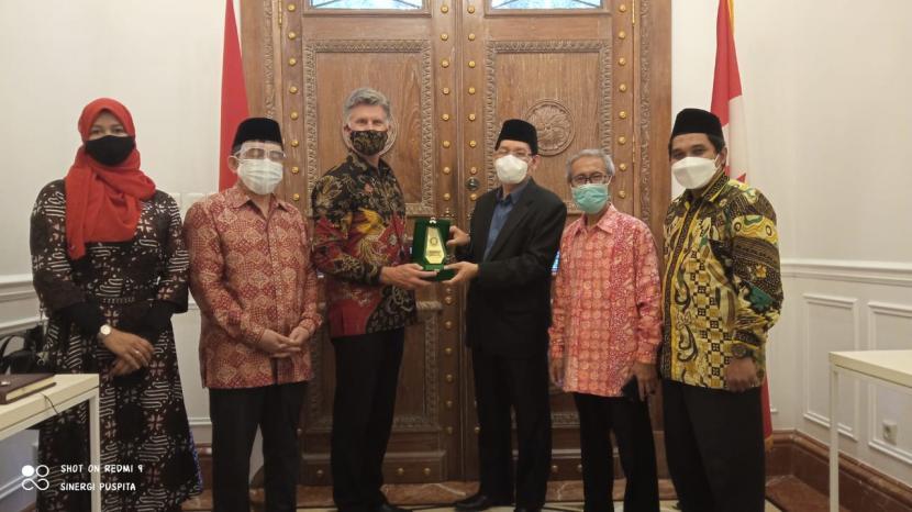 Sekretaris Jenderal MUI Buya Dr  Amirsyah Tambunan  (ketiga dari kanan) menyerahkan cindera mata kepada Duta Besar Kanada untuk Indonesia Cameron Mackay (ketiga dari kiri).