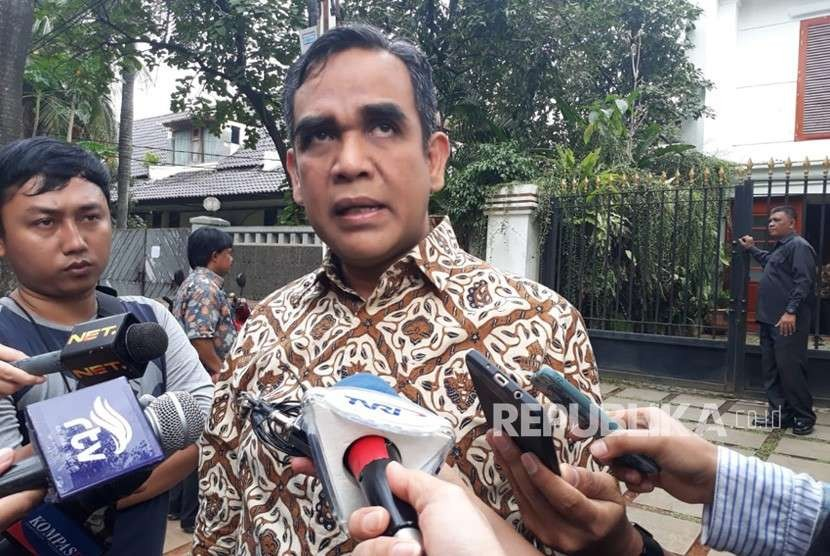 Gerindra Party Secretary General Ahmad Muzani answers reporters questions after attending internal meeting about 2019 presidential election at Gerindra Party Chief Patron Prabowo Subianto's house at Kertanegara street, South Jakarta, Wednesday (Aug 8).