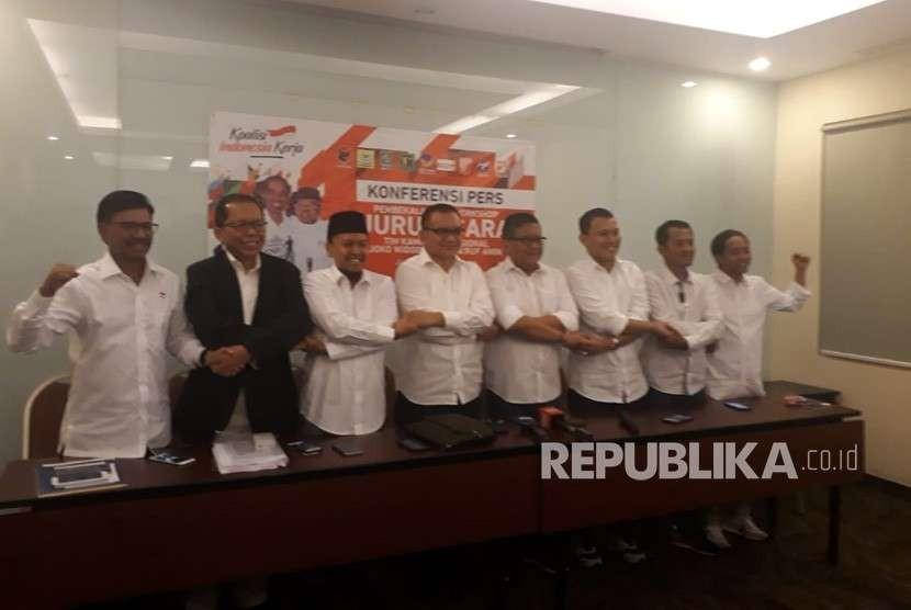 Sekretaris jenderal partai Koalisi Indonesia Kerja (KIK) saat konferensi pers dalam acara pelatihan Juru Bicara Tim Kampanye Nasional Pemenangan Joko Widodo-Ma'ruf di Hotel Oria,  Menteng, Jakarta, Senin (13/8).