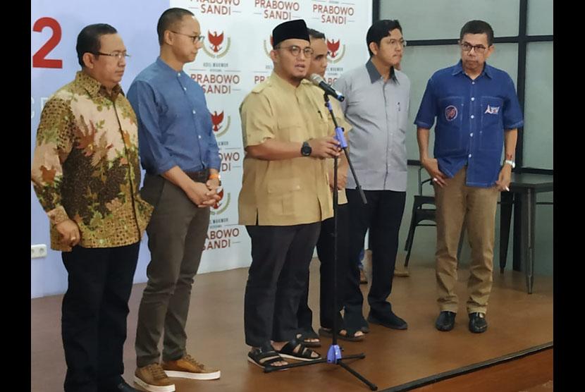 Sekretaris jenderal partai politik koalisi pengusung Prabowo-Sandiaga yang tergabung dalam Koalisi Indonesia Adil Makmur menyampaikan keterangan pers terakhir di depan awak media di Media Center Prabowo-Sandiaga, Kebayoran Baru, Jakarta, Jumat (28/6).