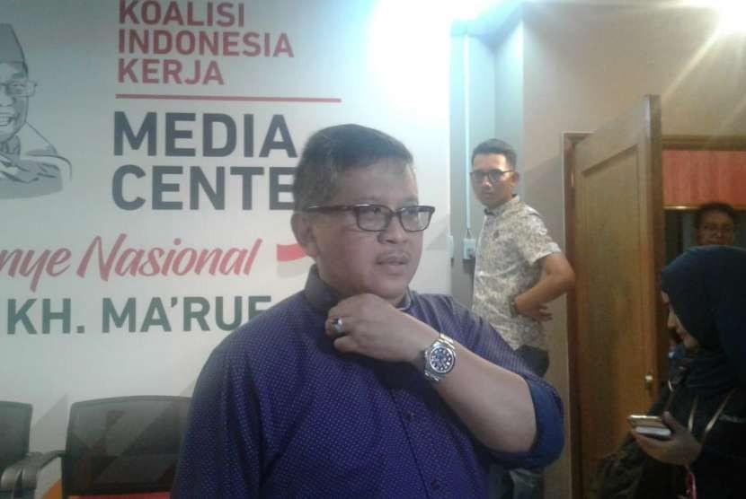 Sekretaris Jenderal PDIP Hasto Kristiyanto berbicara kepada wartawan di Posko Cemara, Menteng, Jakarta Pusat, Jumat (31/8).