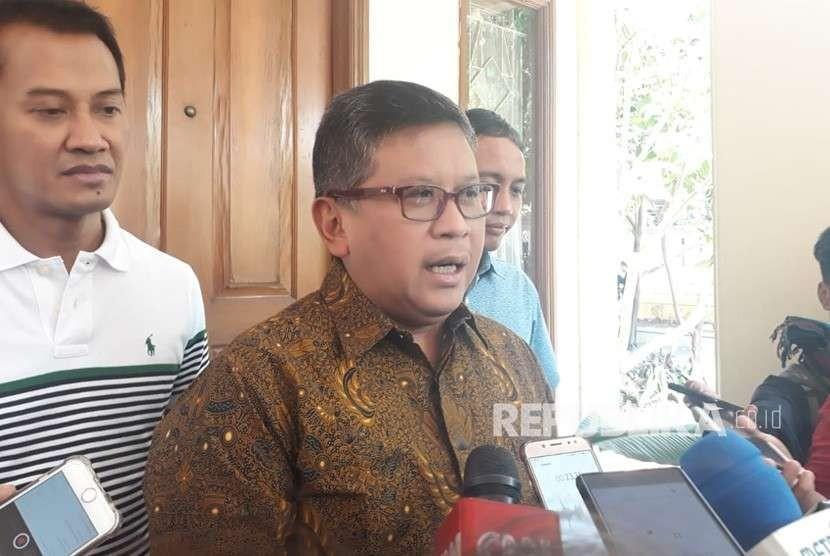 Sekretaris Jenderal PDIP Hasto Kristiyanto bersama Sekjen Partai Koalisi Indonesia Kerja (KIK) Jokowi-Maruf di Media Center, Jalan Cemara, Menteng, Jakarta, Ahad (19/8).