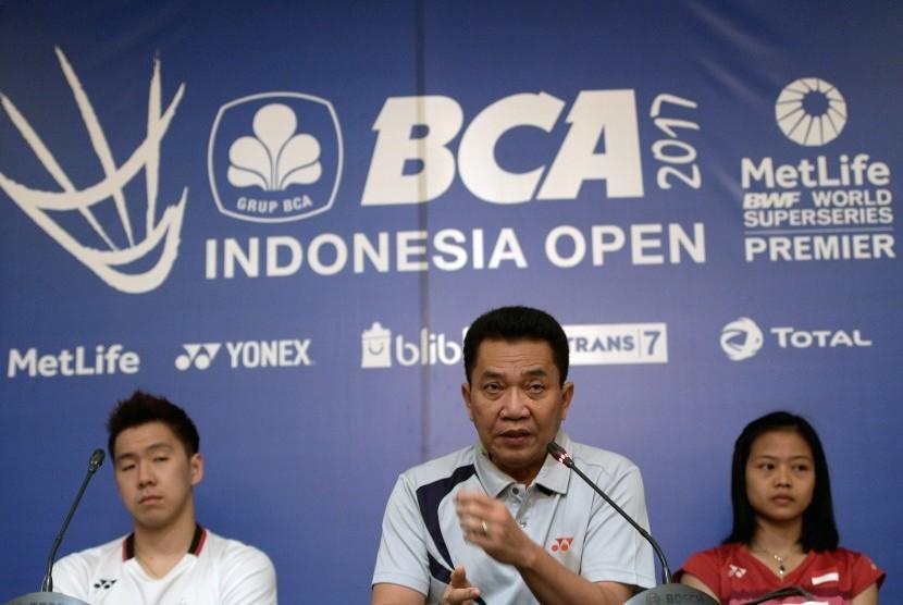 Sekretaris Jendral PBSI Achmad Budiharto (tengah), pebulu tangkis Indonesia Marcus Fernaldi Gideon (kiri) dan Fitriani (kanan) menyampaikan keterangan pers jelang BCA Indonesia Open 2017 di Jakarta, Minggu (11/6).
