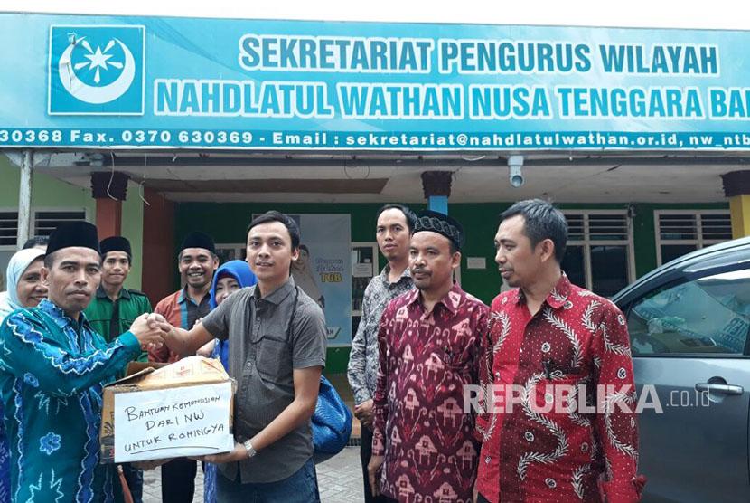 Sekretaris Pengurus Wilayah Nahdlatul Wathan (PWNW) Irzani menyerahkan bantuan untuk Rohingnya melalui Perwakilan Republika Muhammad Nursyamsyi di Kantor PWNW, Mataram, NTB, Rabu (4/10).