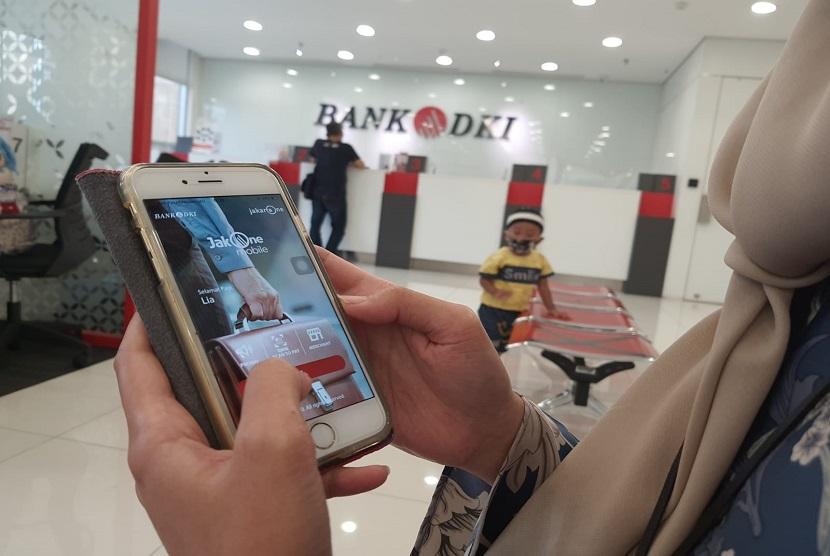 Sekretaris Perusahaan Bank DKI, Herry Djufraini mengimbau agar penerima BST dapat memanfaatkan layanan transaksi non tunai melalui JakOne Mobile yang disediakan oleh Bank DKI. Hal ini menanggapi pemberitaan terkait padatnya antrian penarikan uang Bantuan Sosial Tunai (BST) di ATM.