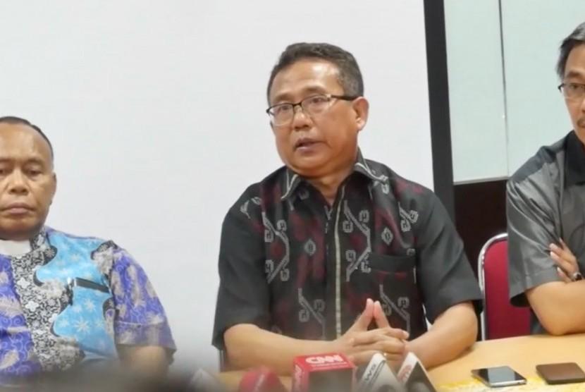 Sekretaris Umum PGI Gomar Gultom (tengah) dan Kepala Humas PGI, Jeirry Sumampow (kanan) saat konferensi pers terkait ledakan bom Surabaya.
