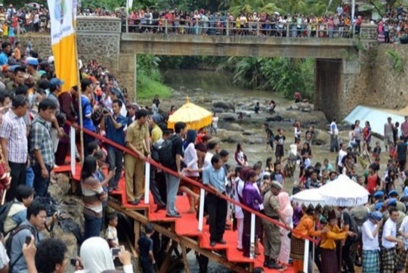 Selain megengan, warga juga menjalani tradisi belangiran dengan mandi di sungai.