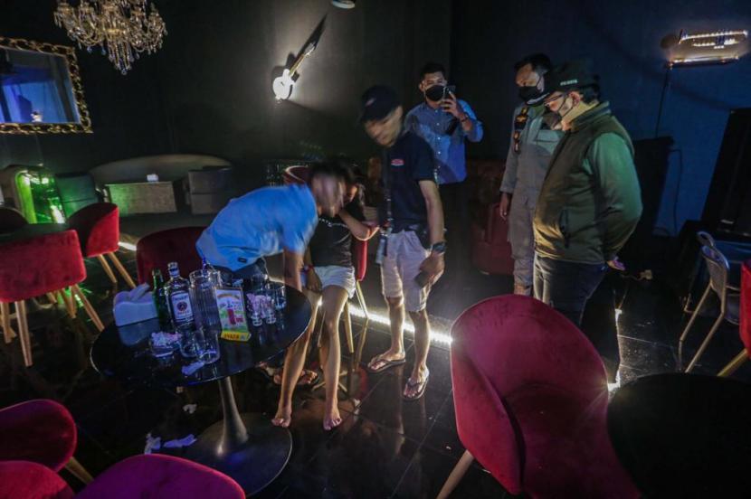 Selama tiga hari terakhir, jumlah kasus Covid-19 di Kota Bogor bertambah sebanyak 539 kasus, sejak Kamis (17/6) hingga Sabtu (19/6). Selain menambah jumlah tempat tidur isolasi, Satgas Covid-19 Kota Bogor juga terus memperketat pengawasan wilayah, termasuk menindak kerumunan hingga kafe dan tempat hiburan yang melewati batas jam operasional pukul 21.00 WIB.