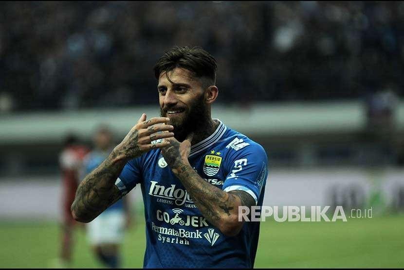 Selebrasi bek Persib Bandung Bojan Malisic  setelah mencetak gol ke gawang Arema FC saat pertandingan antara Persib melawan Arema FC dalam laga lanjutan Liga 1 di Stadion Gelora Bandung Lautan Api, Kota Bandung, Kamis (13/9).