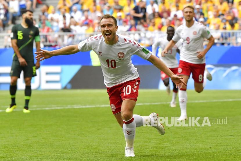 Selebrasi Christian Eriksen usai mencetak gol pada  pertandingan grup C Piala Dunia antara Denmark dan Australia  di Samara Arena di Samara, Rusia, Kamis (21/6).