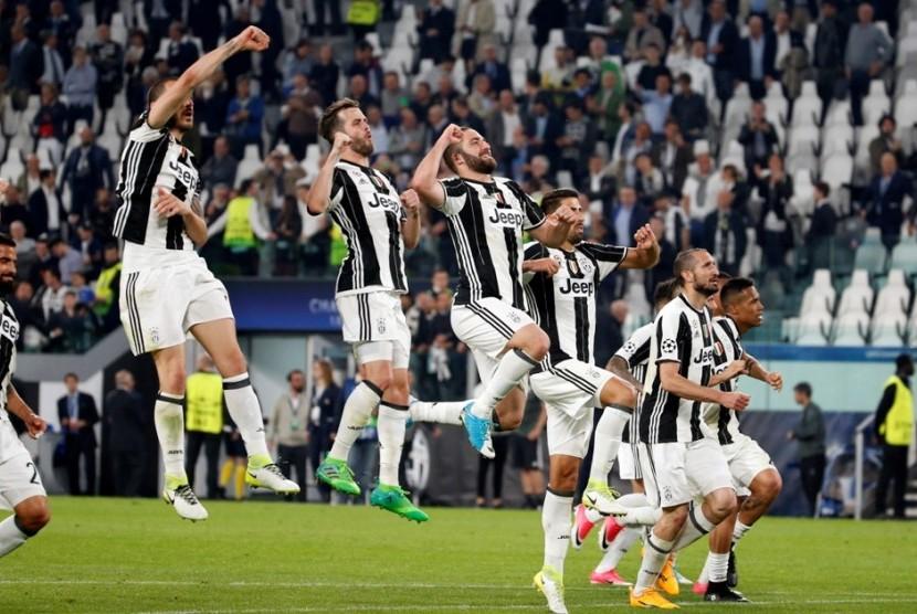 Selebrasi para pemain Juventus seusai mengalahkan Barcelona 3-0 pada leg pertama perempat final Liga Champions di Stadion Juventus, Turin, Rabu (12/4).
