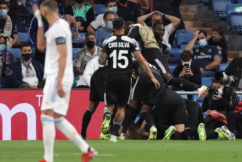 Selebrasi para pemain Sheriff Tiraspol setelah unggul 2-1 atas Real Madrid.