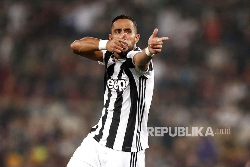 Selebrasi pemain Juventus Mehdi Benatia  setelah mencetak gol ke gawang AC Milan pada laga final Piala Italia di Stadion Olympic Roma, Kamis (10/5) dini hari.