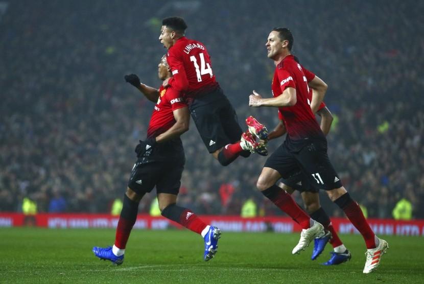 Selebrasi pemain Manchester United saat Anthony Martial (kiri) menjebol gawang Arsenal.