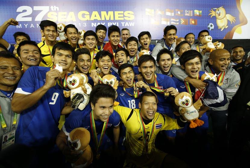 Selebrasi pemain timnas Thailand, usai meraih medali emas setelah mengalahkan timnas Indonesia pada final Sepakbola SEA Games ke-27 di Naypyitaw, Myanmar, Sabtu (21/12). (AP/Vincent Thian)
