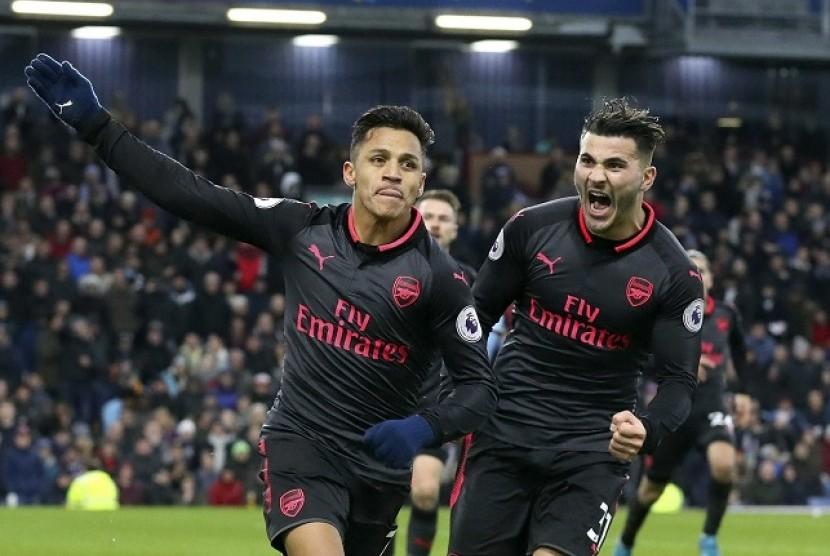 Selebrasi penyerang Arsenal, Alexis Sanchez (kiri) usai menjebol gawang Burnley, Ahad (26/11).