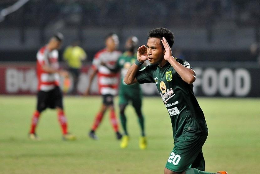 Selebrasi penyerang Persebaya Osvaldo Haay seusai menjebol gawang Madura United.