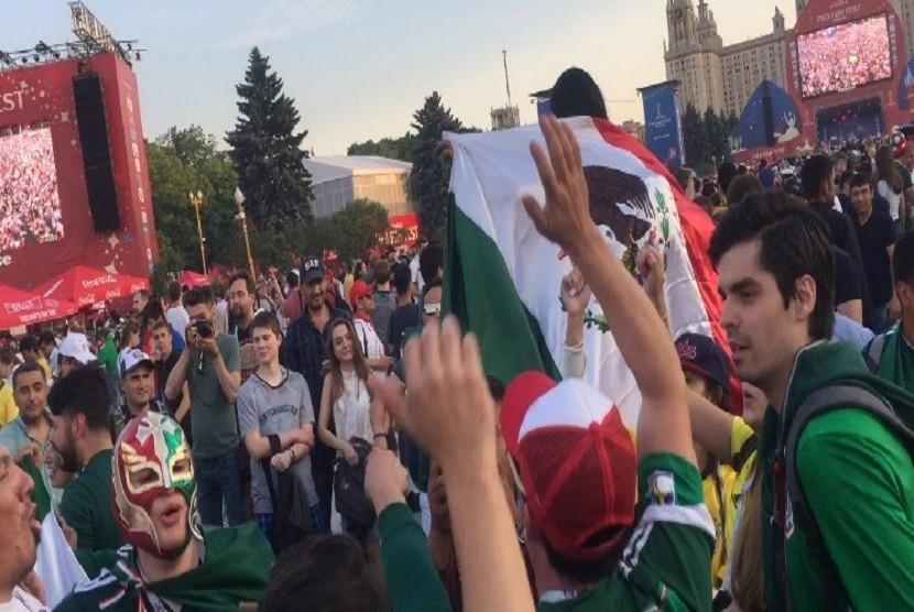 Selebrasi suporter Meksiko setelah tim kesayangannya berhasil mengalahkan Jerman dengan skor 1-0 dalam laga pembukaan Grup F Piala Dunia 2018 yang berlokasi di  FIFA Fan Fest dekat Moscow State University, Moskow, Ahad (17/6).