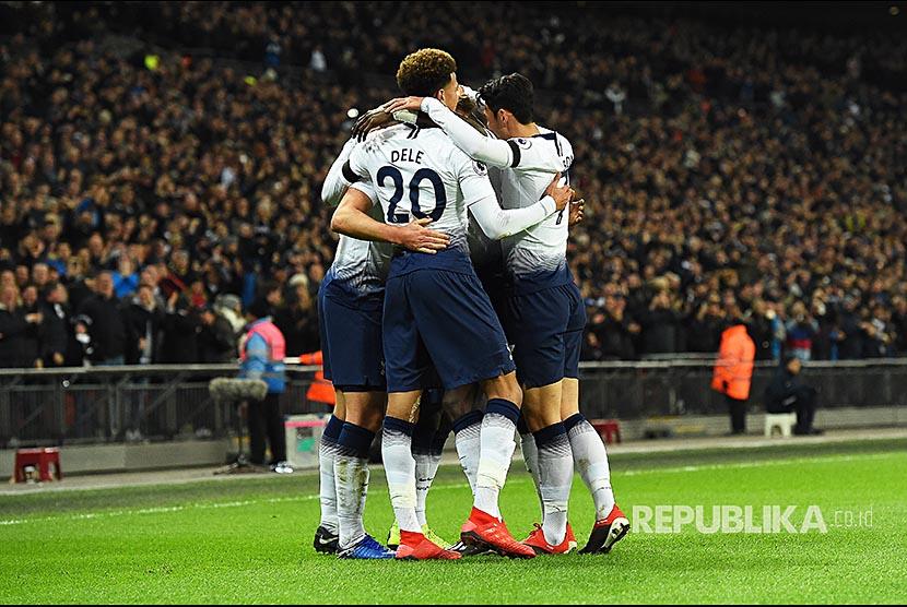 Selebrasi Tim Tottenham Hotspurs pada pertandingan Liga Primer Inggris antara Tottenham Hotspurs melawan Chelsea di Wembley Stadion London, Ahad (25/11) dini hari.