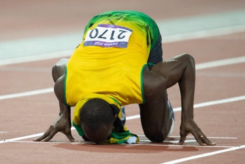 Selebrasi Usain Bolt setelah menjuarai lari 200 m di Olympic Stadium