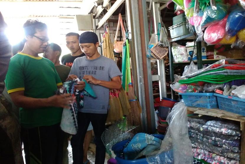 Selembar keset berisikan lembaran Al-Quran kembali ditemukan di Pasar Prambanan Kabupaten Sleman, Senin (28/11). Barang tersebut ditemukan saat sidak oleh anggota Pemuda Muhammadiyah, bersama dengan Camat Prambanan, dan Polsek Prambanan.