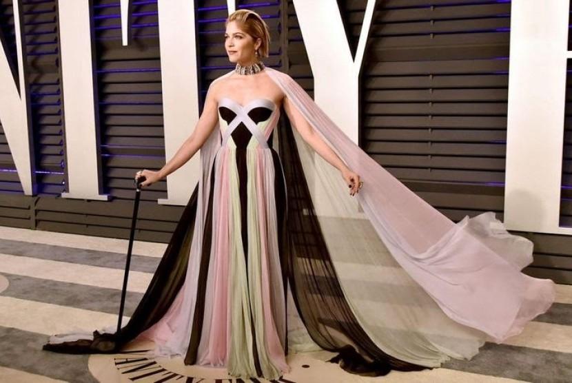Selma Blair tampak memakai tongkat saat menghadiri Oscar di Dolby Theatre, Los Angeles, Kalifornia, Amerika Serikat, Senin (25/2/2019). Dia didiagnosis multiple sclerosis pada 2018.