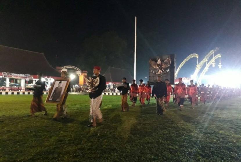 Sementara itu, ribuan warga Kota Blitar memadati alun-alun kota untuk melakukan pawai lampion menuju makam Bung Karno. Pawai tersebut untuk mengiringi Gulungan Lima, Pancasila. Warga mengenakan pakaian adat Jawa dan berbagai macam busana lainnya.