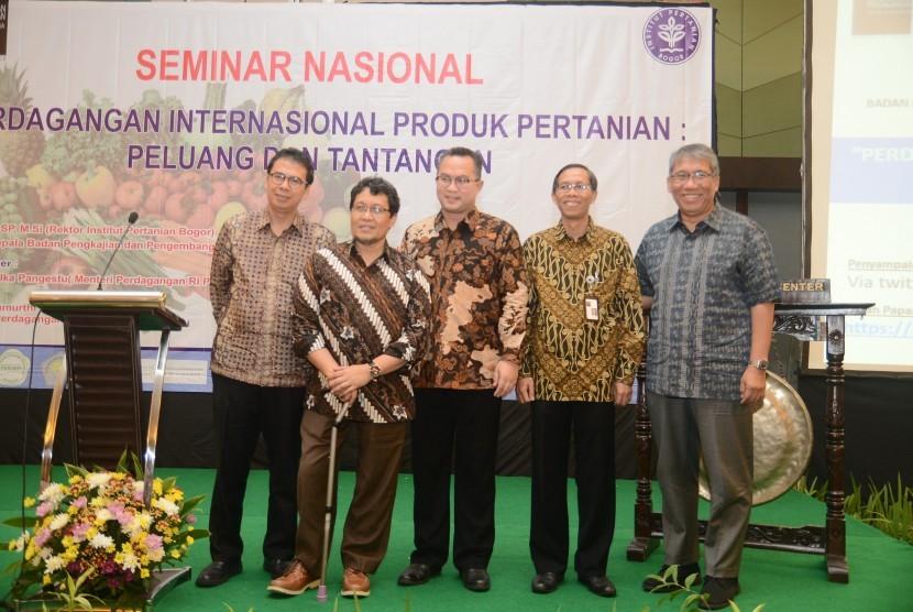 """Seminar Nasional yang bertajuk """"Perdagangan Internasional Produk Pertanian:  Peluang dan Tantangan""""."""