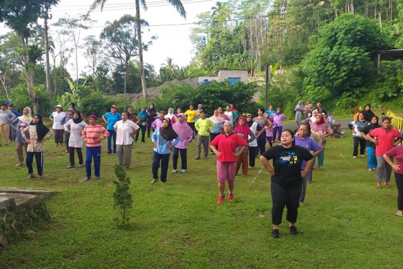 Senam Sehat Lansia. Rumah Zakat menggelar senam sehat untuk lansia di Desa Berdaya Jatimulyo, Kulon Progo.