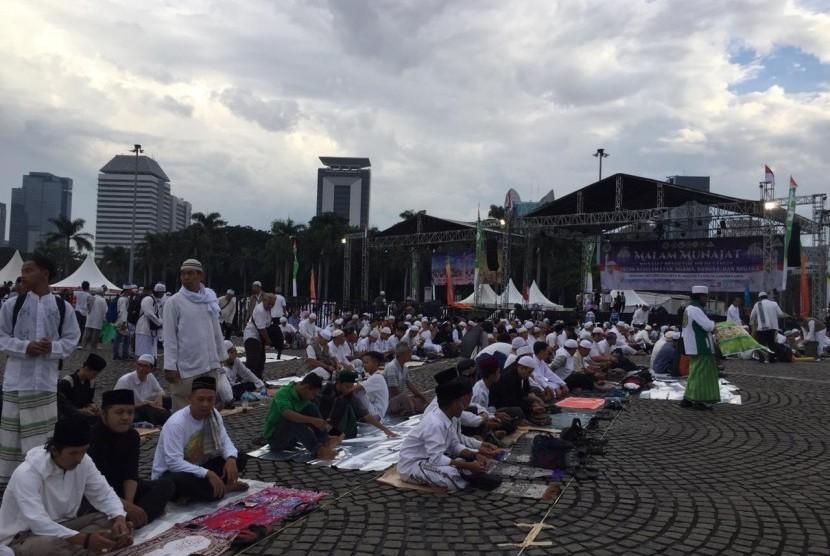 Senandung Sholawat dan Dzikir 212. Warga mulai menempati lapangan Monumen Nasional, Jakarta untuk mengikuti acara Senandung Sholawat dan Dzikir Nasional, serta Do'a untuk Keselamatan Bangsa yang bertemakan malam munajat mengetuk pintu langit untuk keselamatan agama, bangsa dan negara, yang diselenggarakan MUI Provinsi DKI Jakarta. Kamis (21/2).