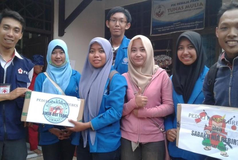 Senat Mahasiswa AMIK BSI Tegal dan Komunitas Sabaku Niji Rebirth  menyerahkan bantuan kepada korban banjir Brebes, Jawa Tengah.