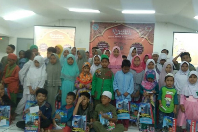 Senat Mahasiswa ASM BSI Jakarta (SEMA BSI Salemba 168) memberikan santunan kepada anak yatim dan dhuafa.