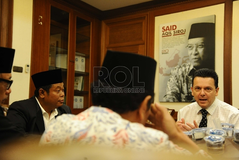 Senator Australia Nick Xenophon (kedua kanani,) Sekjen PBNU Marsudi Syuhud (kiri) berbicara saat audiensi dengan pengurus PBNU di Jakarta, Selasa (10/3).