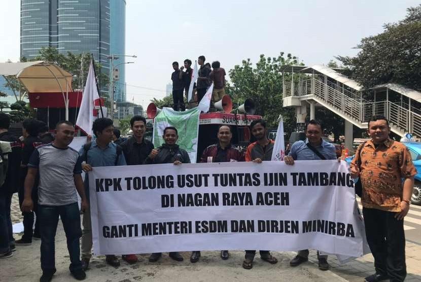 Senator dan aktivis asal Aceh berdemo di KPK mendesak pengusutan izin tambang.