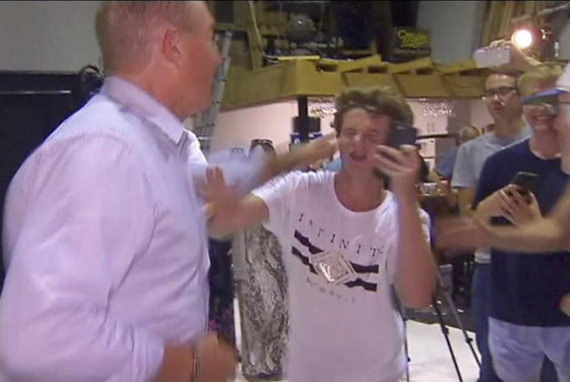 Senator Queensland, Australia Fraser Anning meninju wajah Will Connoly, remaja yang melempar telur mentah ke kepalanya, Sabtu (16/3).