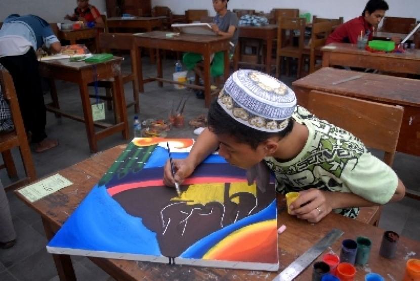 Seni kaligrafi adalah salah satu kegiatan yang biasa diajarkan kepada para santri pondok pesantren (ilustrasi).