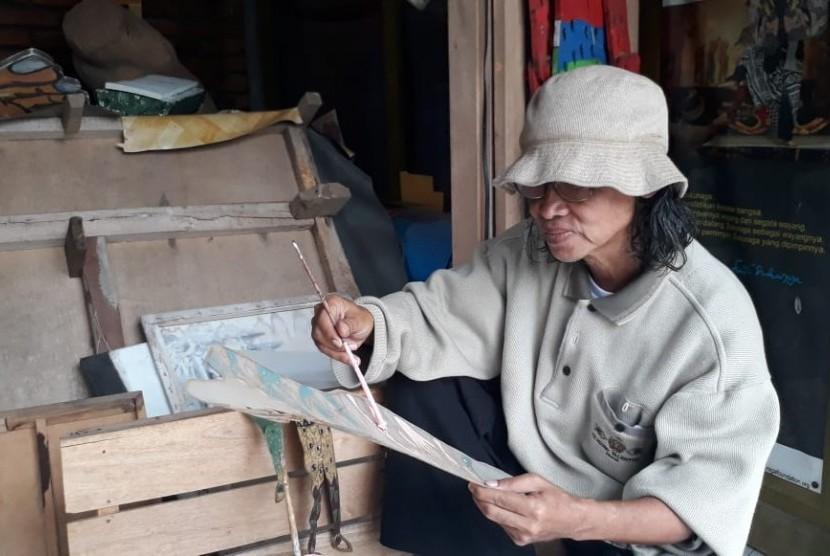 Seniman asal Kota Sukabumi Fendi Sukuraga mempelihatkan tokoh wayang Sukuraga di Rumah Budaya Fendi Sukuraga di Kecamatan Warudoyong Kota Sukabumi Ahad (10/2).