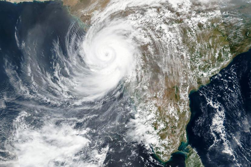 Citra satelit yang dirilis NASA menunjukkan Topan Tauktae mendekati pantai barat India. Perubahan iklim secara fundamental dapat menimbulkan bencana ekstrem di Bumi. Ilustrasi.