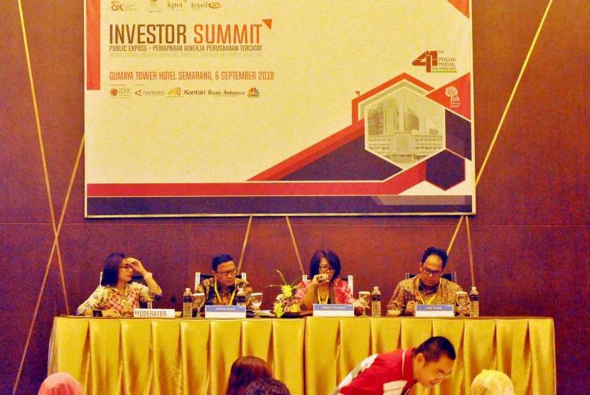 Senior Executive Vice President (SEVP) Treasury & Global Services Bank BRI, Listiarini Dewajanti (berbatik merah) memaparkan kinerja Bank BRI pada Investor Summit di Hotel Gumaya Tower Semarang.
