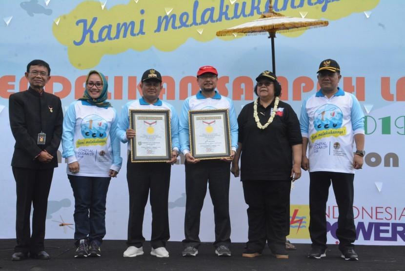 Senior Manager Muri Yusuf Ngadri memberikan penghargaan kepada General Manager Pertamina RU VI Balongan Burhanudin, disaksikan Menteri Lingkungan Hidup dan Kehutanan Republik Indonesia Siti Nurbaya Bakar, pada acara Coastal Clean Up yang digelar  Kementerian LHK di Cirebon, Jumat (15/2).