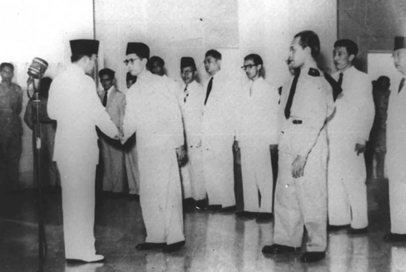 Seokarno menyallami M Natisr seusai di sumpah sebagai perdana menteri seusai disuma