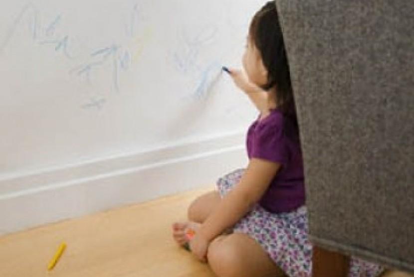 Seorang anak balita sedang mencoret dinding/ilustrasi.