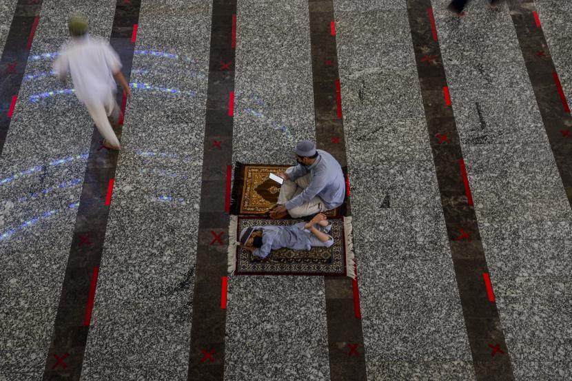 Seorang anak beristirahat usai melaksanakan Shalat Jumat di Masjid Agung At Tin, Jakarta.
